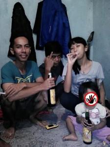 Ibu-ajari-anak-gadisnya-merokok2