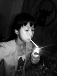 Ibu-ajari-anak-gadisnya-merokok3
