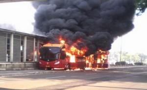Bus-TransJakarta-Terbakar-di-Underpass-UKI