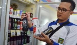 petugas-merazia-minuman-beralkohol-yang-dijual-di-sebuah-minimarket