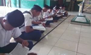 siswa_telat_sedang_membaca_Alquran_sebagai_hukuman