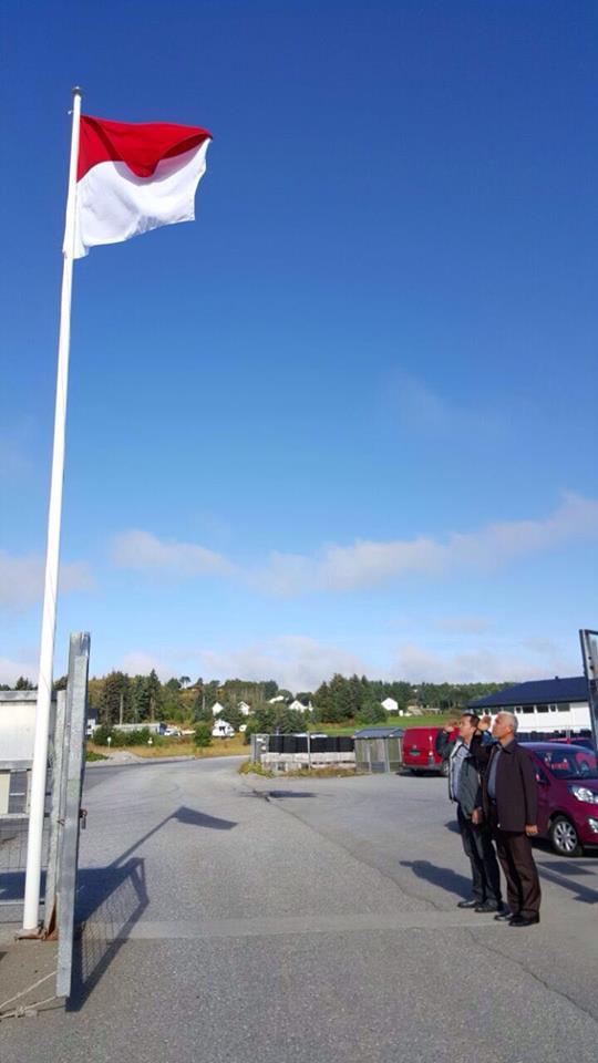 mahyeldi-hormat-bendera-norwegia
