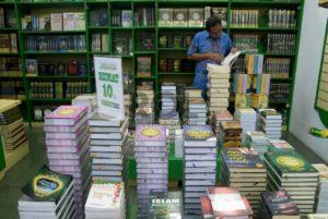 sejumlah-pengunjung-memilih-buku-agama-di-toko-buku-wali-_150629170429-910